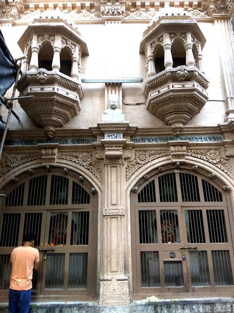 windows, balconies, babulnath, temple, mandir, girgaum, chowpatty, malabar hill, mumbai, incredible india, architecture , heritage, history