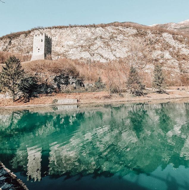 lago del restrello con vista sul castello
