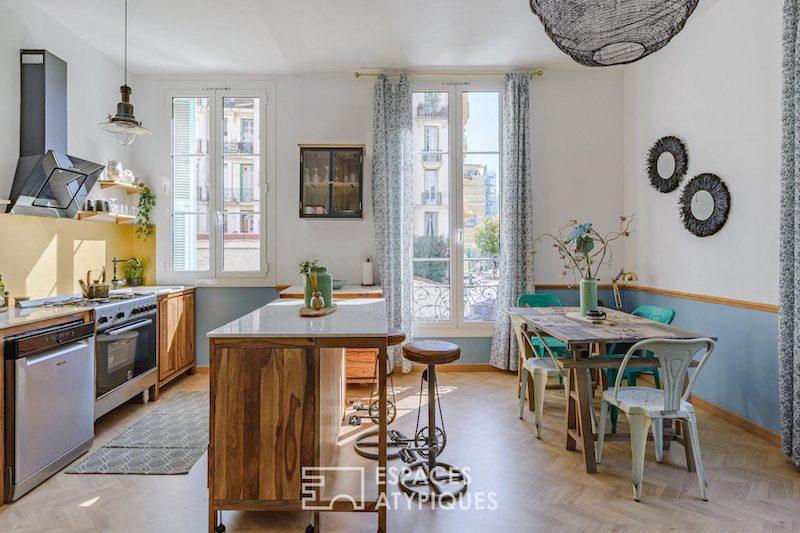 Cocina moderna con isla conectada con el salón y el comedor