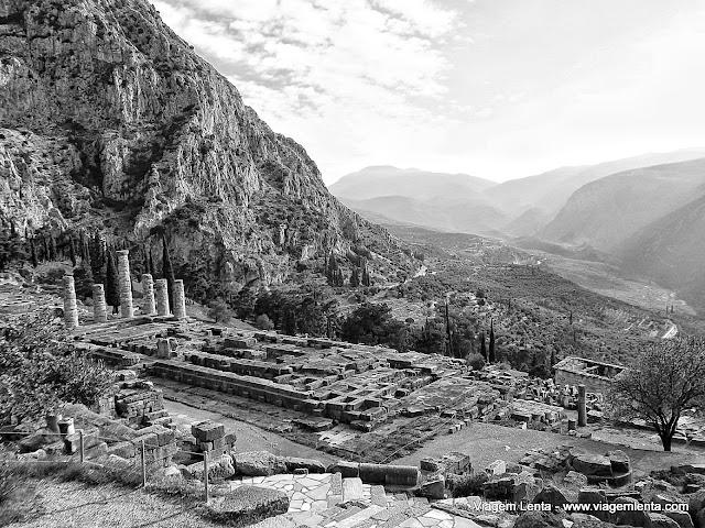 Templo de Apolo e o vale de Delfos ao fundo