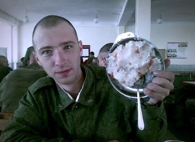Kochen lustig ekelhaftes Essen bei der Armee
