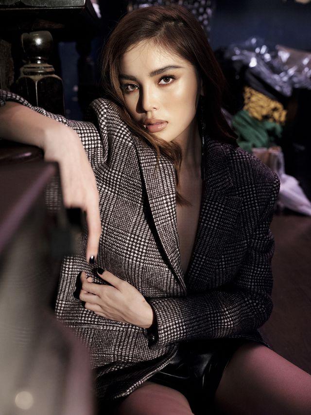 """Hoa hậu Kỳ Duyên khoe """"vòng một"""" hững hờ"""