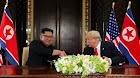 Pemimpin Korut Kim Jong-Un dan Presiden AS Donald Trump menandatangani kesepakatan penting
