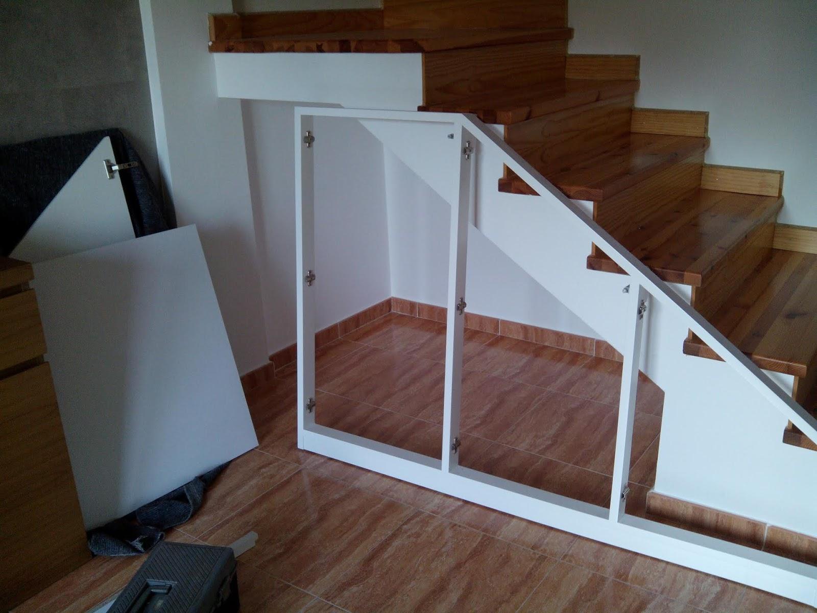 Marco con puertas bajo escalera muebles cansado for Muebles de madera para debajo de la escalera