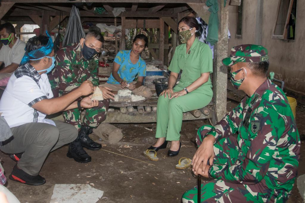 Hampir 10 Tahun Hidup Sebatang Kara Nenek Wa Bula Terima Bantuan Sembako Dari Pangdam Xiv Hsn Barometer99 Berita Terkini Indonesia