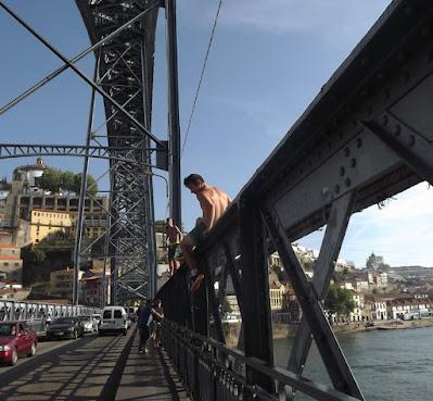 Meninos que saltam da Ponte Luis I no Porto