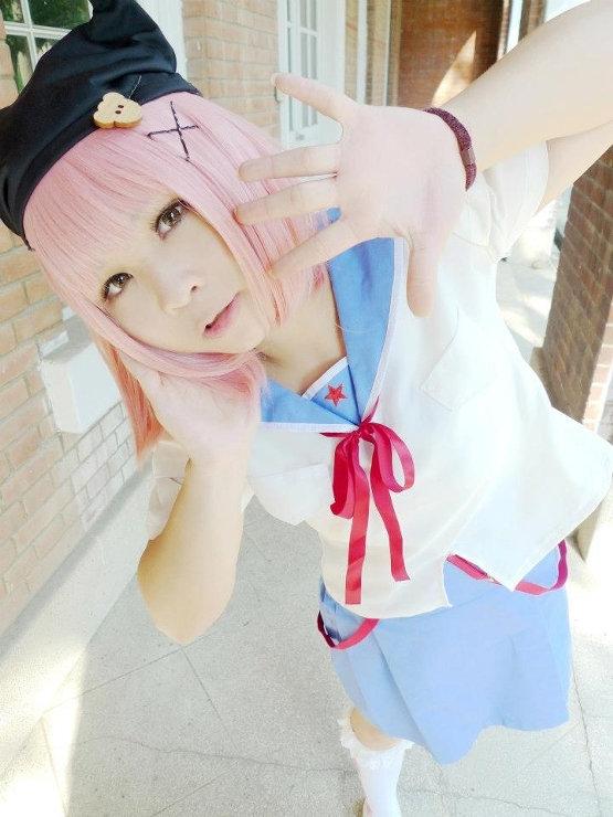 Cosplayerka wciela się w Yuki Takeya z anime Gakkou Gurashi!