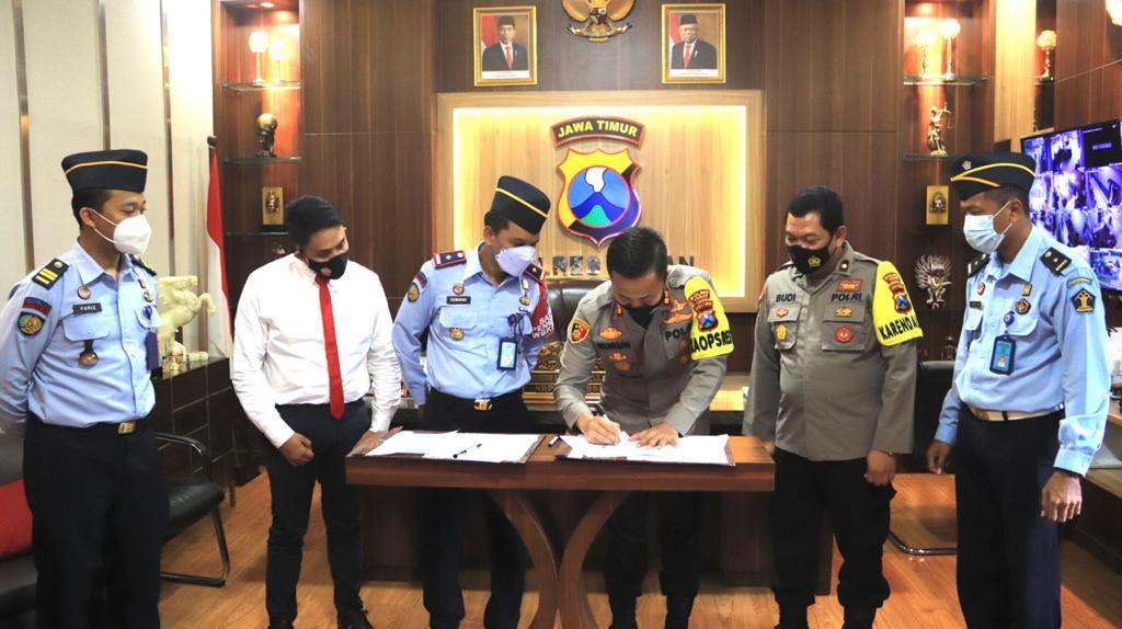 Kalapas Tuban  Siswarno dan Kapolres Tuban AKBP Ruruh Wicaksono saat nota penandatanganan Perjanjian Kerja Sama (15/03/2021) (Foto : Ahmad)