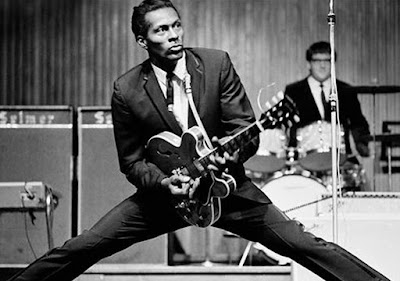 "Biografi Chuck Berry     ""While no individual can be said to have invented rock and roll, Chuck Berry comes the closest of any single figure to being the one who put all the essential pieces together. It was his particular genius to graft country & western guitar licks onto a rhythm & blues chassis in his very first single, ""Maybellene."" Combined with quick-witted, rapid-fire lyrics full of sly insinuations about cars and girls, Berry laid the groundwork for not only a rock and roll sound but a rock and roll stance. The song included a brief but scorching guitar solo built around his trademark double-string licks. Accompanied by long-time piano player Johnnie Johnson and members of the Chess Records house band, including Willie Dixon , Berry wrote and performed rock and roll for the ages. To this day, the cream of Berry's repertoire—which includes ""Johnny B. Goode,"" ""Sweet Little Sixteen,"" ""Rock and Roll Music"" and ""Roll Over Beethoven""—is required listening for any serious rock fan and required learning for any serious rock musician. ""Meskipun tidak ada orang yang dapat dikatakan telah menciptakan rock and roll, Chuck Berry datang yang paling dekat"
