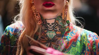 mujer con tatuajes corporales