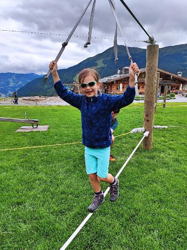 Spielendes Kind auf der Bergstation in Saalbach