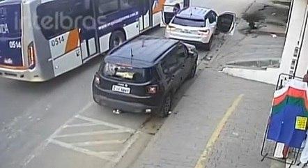 Um Vídeo mostrar quando motorista de ônibus bate em carro e impede sequestro fato aconteceu em SP! Confira