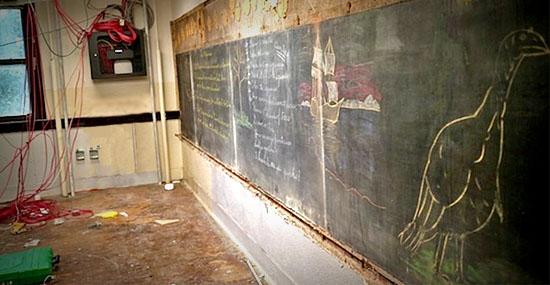 Após 1 século algo incrível foi encontrado atrás das lousas dessa escola