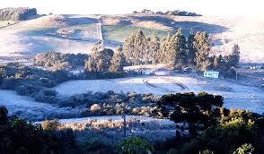 A foto mostra a neve ao amanhecer e já congelada na Região Sul do Brasil.