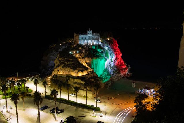 Santuario di Santa Maria dell'isola di Tropea di notte