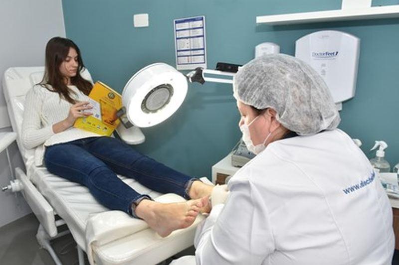 Unhas encravadas e calos tendem a inflamar com mais facilidade nos pés diabéticos, alerta podóloga