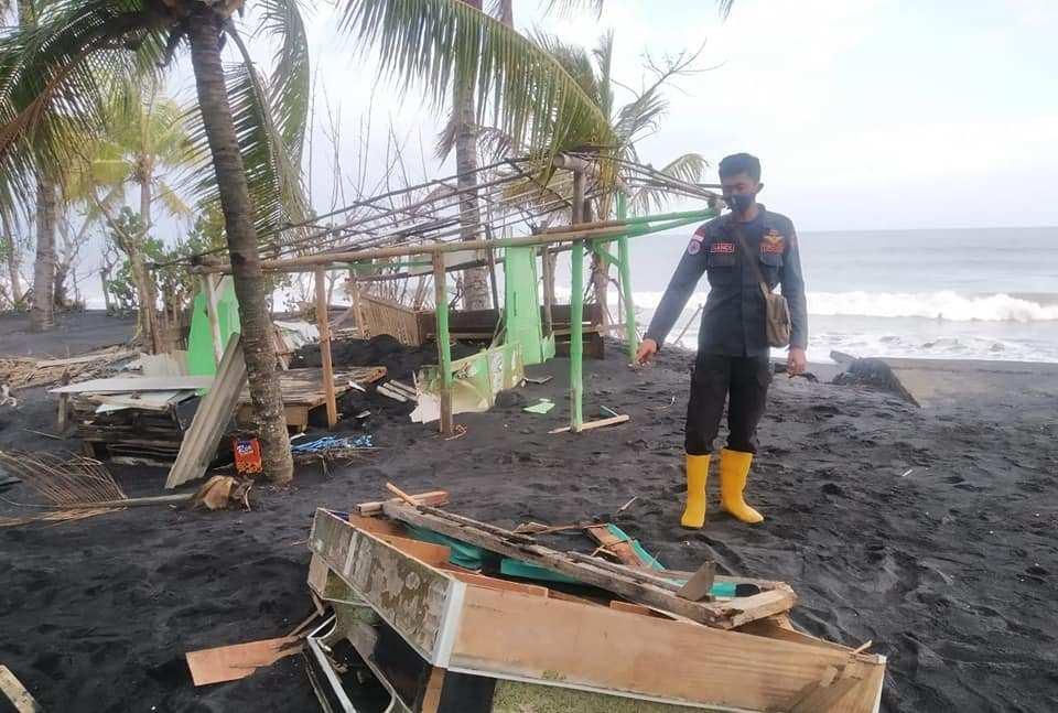Abrasi kembali Terjang Pantai Bulurejo, 2 Warung Rusak