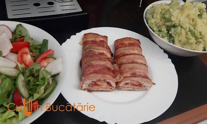 Ruladă de pui cu bacon, șuncă și cascaval