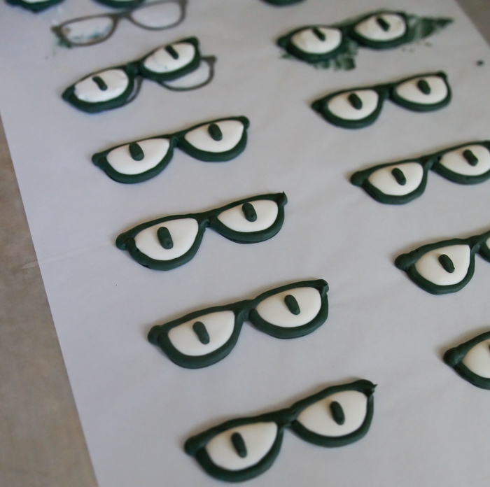One Smart Cookie eyeglass template for royal icing transfers ♥ bakeat350.net