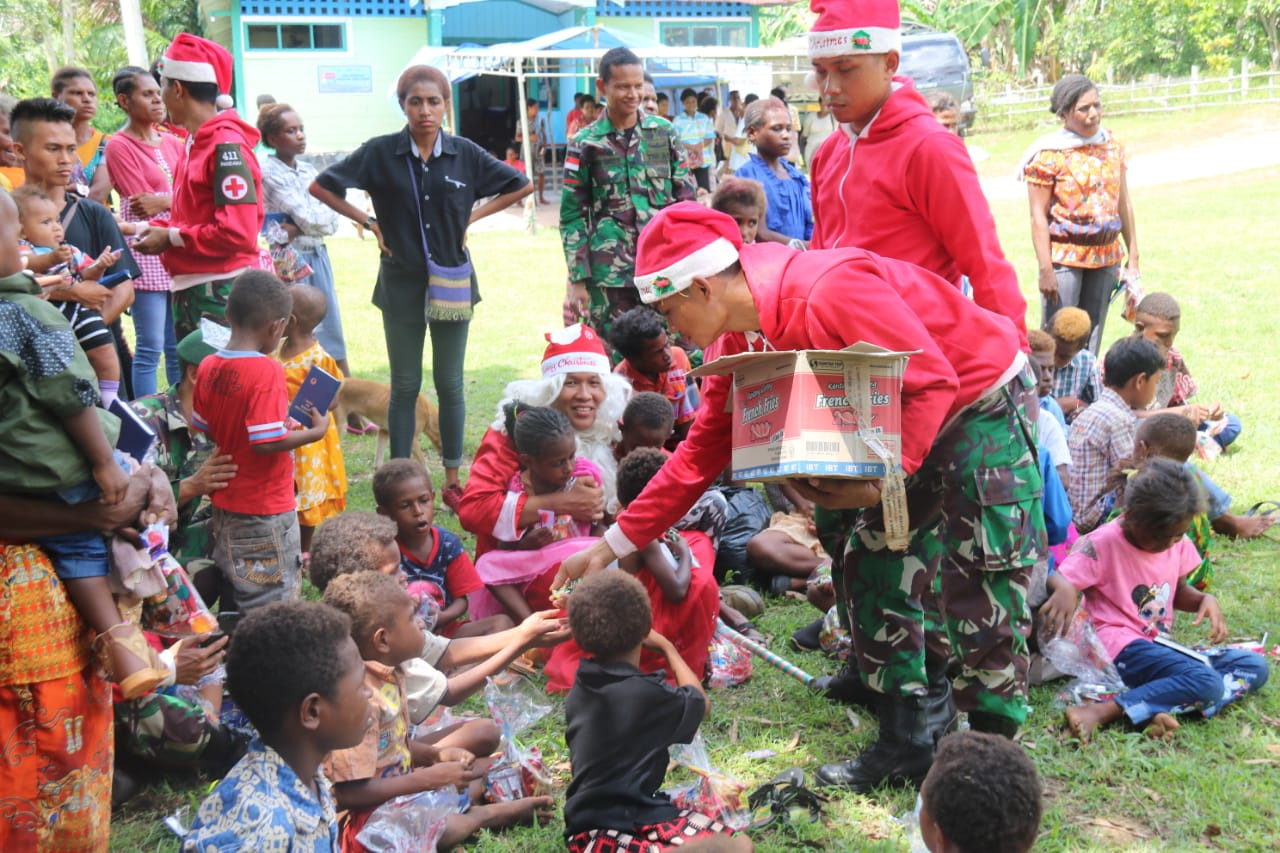 Berpakaian Santa Claus, Tim Kesehatan Yonif 411 Kostrad Gelar Pengobatan Keliling