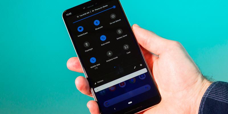 جوجل تنصح بتفعيل الوضع الداكن لإطالة عمر بطارية الهواتف الذكية