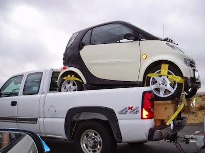 auto sobre auto pequeño
