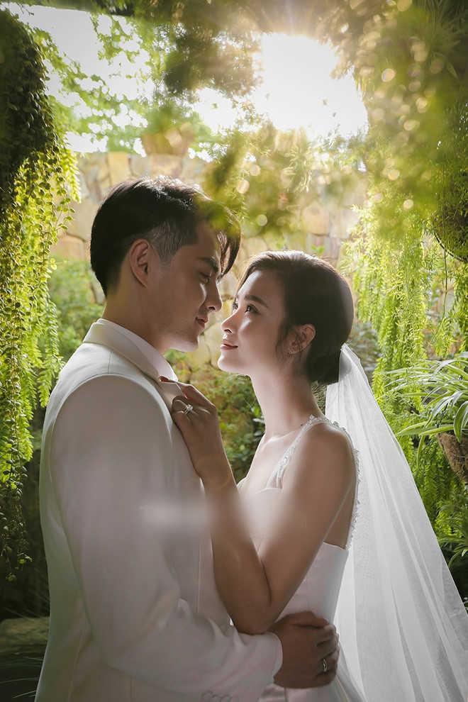 Đông Nhi khoe vòng eo con kiến và vẻ ngoài sành điệu trước ngày cưới