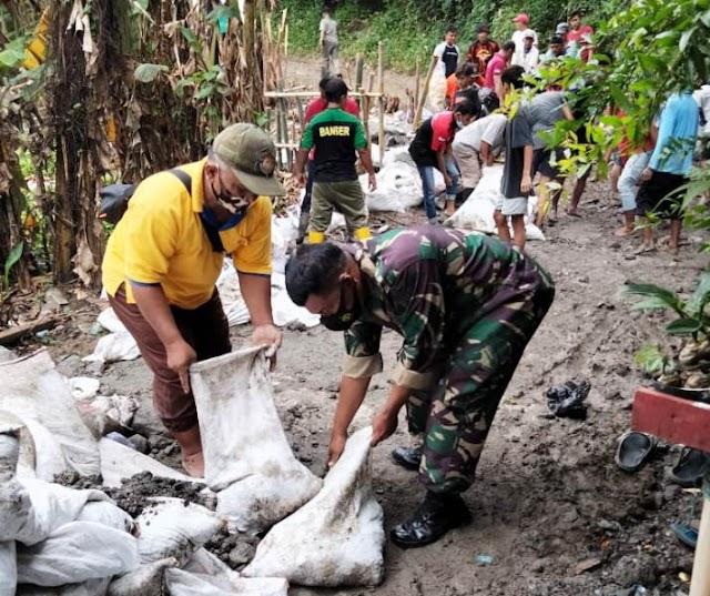 Tanggap Darurat Banjir, Ratusan Orang Bahu Membahu Pertebal Tanggul Kali Besar Pemali