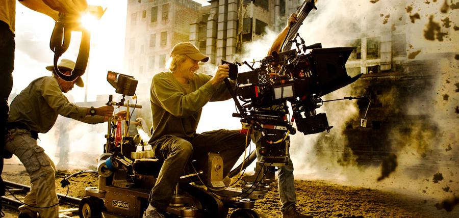 Regizorul Michael Bay în spatele camerelor de filmat la Transformers: Age Of Extinction