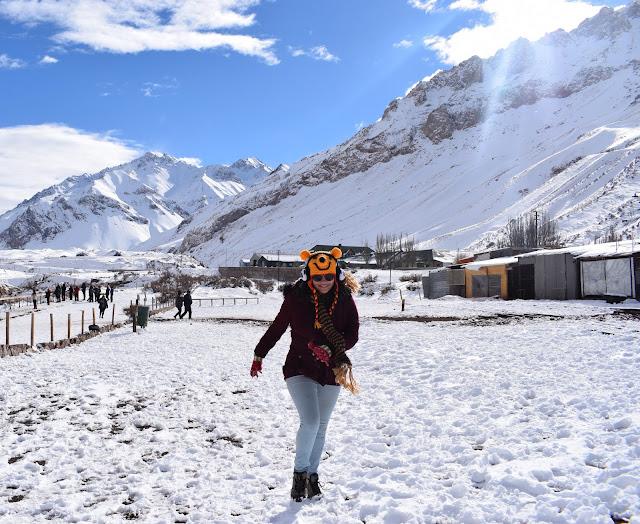 menina branca correndo na neve