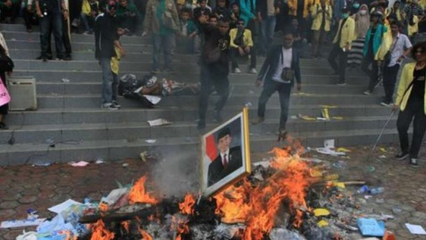 Massa Mahasiswa Bakar Foto Jokowi hingga Fasilitas Gedung DPRD Sumbar