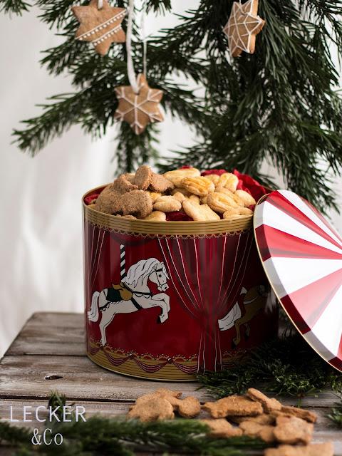 S, Lieblingsplätzchen, Kekse, Weihnachtskekse, Weihnachtsplätzchen, Weihnachten, Rezepte, Kekse, Rezept für Kekse, Christmas Cookies, Cookies, Foodblogger, Tina Kollmann, LECKER&Co, leckerundco, Lecker und co, Foodblog, Blog Rezept, Keks Rezept, Plätzchen Rezept, Christmasplätzchen, lecker, fein, leichtes Rezept, Zitronenplätzchen, Mamas Plätzchen, backen, Tchibo, Backen mit Tchibo, Hildegard von Bingen, Muskat, Nelken, Zimt, Hildegard, keksdose