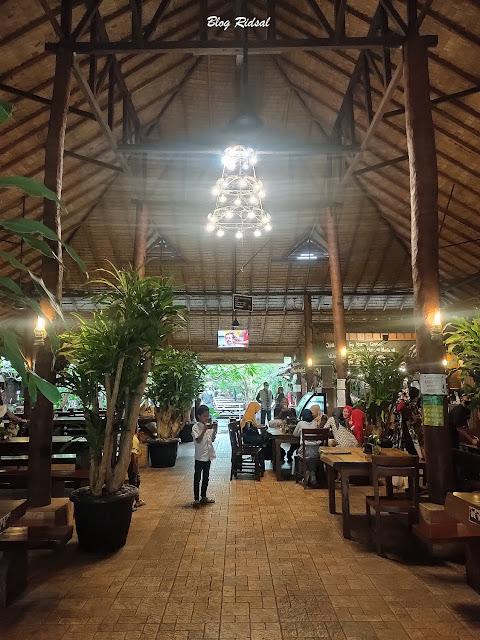 Siang Hari di Resto Ayam Penyet Cabe Hijau - Indoor
