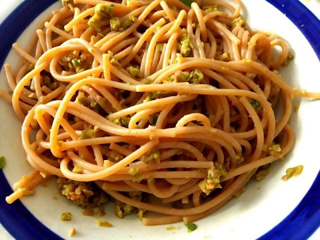 Ricetta della pasta con pesto di olive e salvia