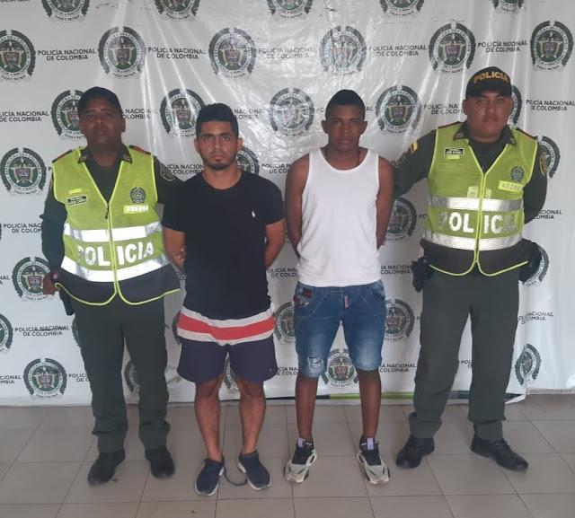 En taxi atracaron una tienda y se llevaron un millón de pesos