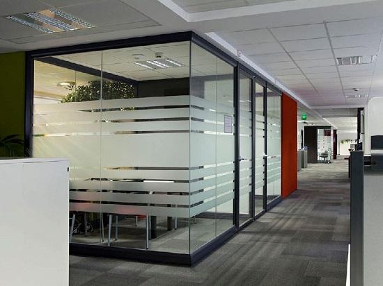 Ruangan kantor bisa dengan kusen aluminium atau kusen UPVC