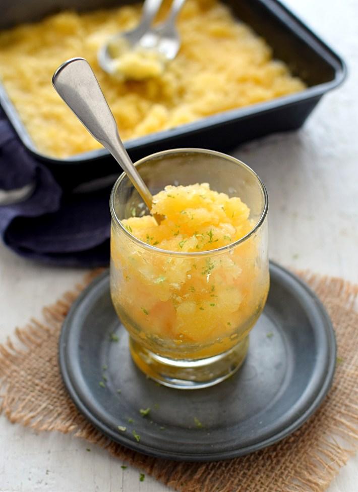 Granita de mandarina servida en una copa