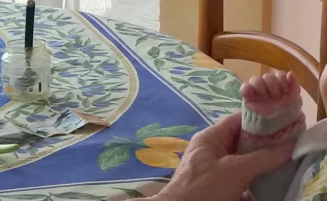 Petite main fermée jouant une comptine