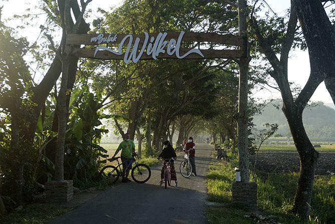 Gapura spot foto bertuliskan Mbulak Wilkel