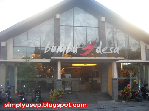 BUMBU DESA : Inilah foto bagian depan Rumah makan Bumbu Desa di Denpasar Bali yang berhasil saya ambil gambarnya. Foto Asep Haryono
