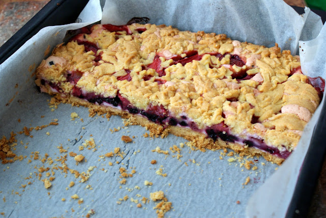 Kruche ciasto z czarną jagodą i różową budyniową pianką