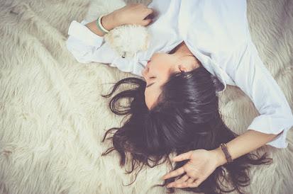 Seorang gadis tidur di malam hari.