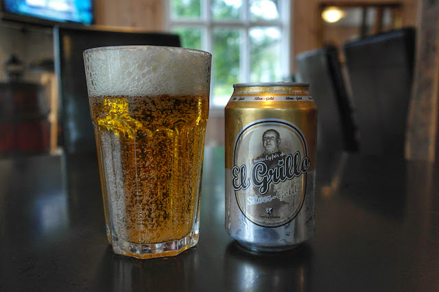 Lata de cerveja El Grillo e copo cheio