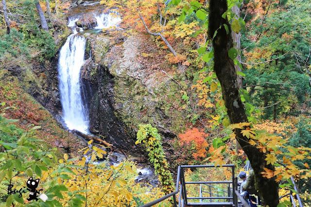 秋田大館秘境|到岩瀨川畔賞楓吧。五色湖景致壯麗,五色瀑布七彩繽紛