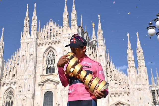 Egan Bernal com o seu troféu do Giro d'Italia