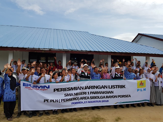 Peresmian jaringan listrik di SMA Negeri 1 Parmaksian.