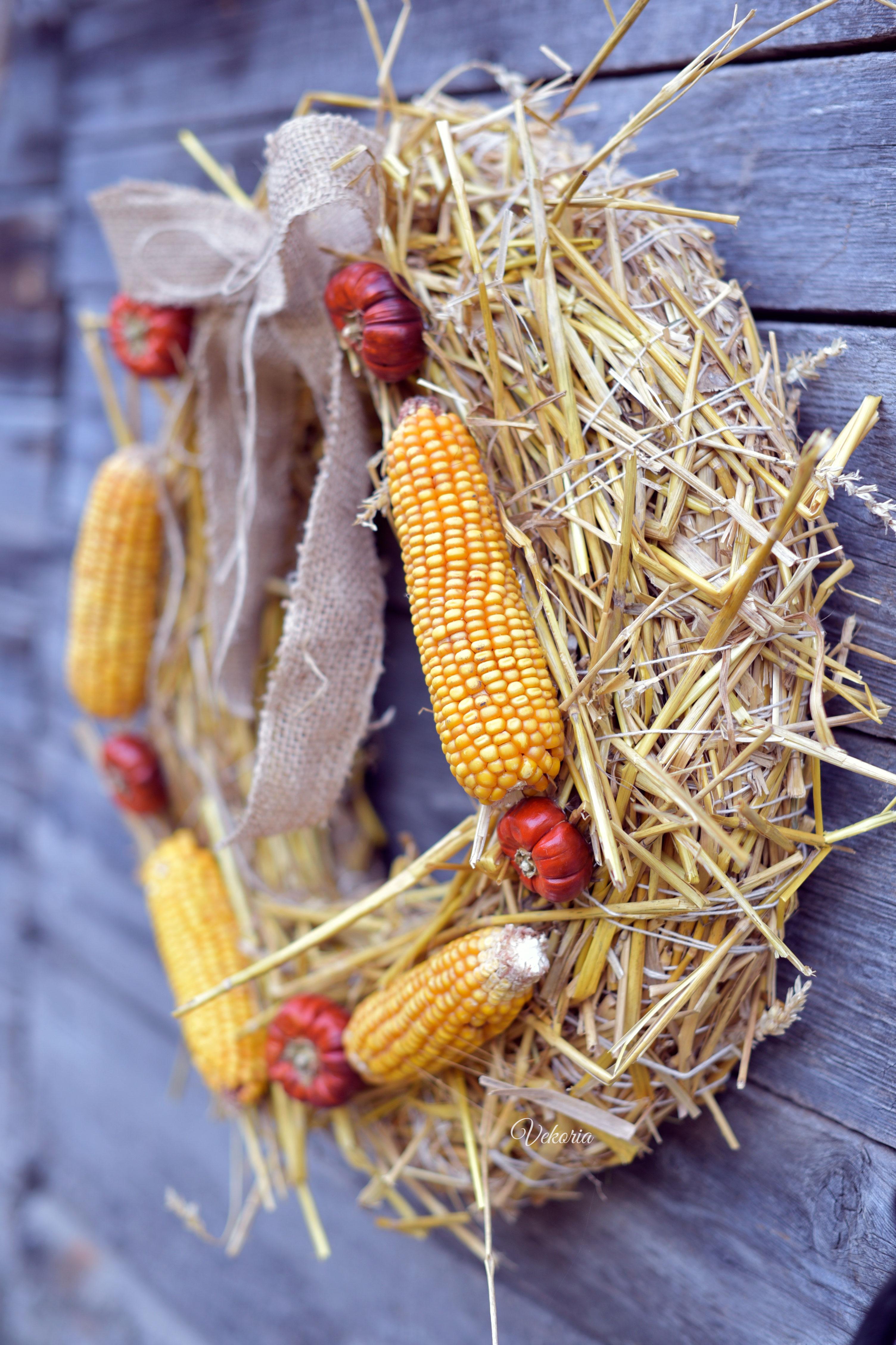Венок из соломы и кукурузы