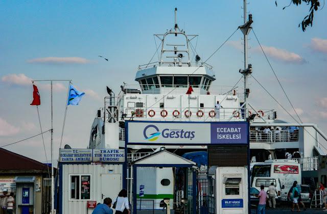 Ferryboat que faz a travessia do Estreito de Dardanelos, no caminho para as ruínas de Troia