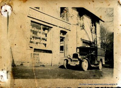vieille voiture devant Économats du Centre.