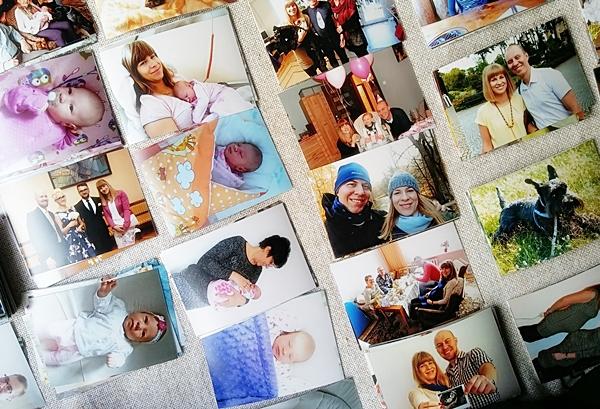 W październiku wreszcie uporałam się ze zdjęciami, tymi na komputerze i tymi w albumie. Już od dawna planowałam wywołać zdjęcia i wkleić je do naszego albumu, który czekał sobie na półce już od kilku miesięcy. Październikowe brzydkie wieczory okazały się idealne na wykorzystanie je w taki sposób. Zdecydowaliśmy, że nasz album będzie zawierał zdjęcia począwszy od naszego ślubu. Długo wybieraliśmy te do wywołania, ponieważ od ślubu minęły już 2 lata, a zdjęć mamy tysiące. Zależało nam także, aby wybrać dosłownie po kilka sztuk z każdej okazji, a tych, jak się okazało, było bardzo dużo. Najtrudniej było wybrać te z Córeczką. Nasza Zosia ma dopiero 6 miesięcy, a zdjęć prawie 2 tysiące:) Po wielu godzinach udało nam się wybrać 400 zdjęć do wywołania. Teraz, po wklejeniu wszystkich zdjęć doszłam do wniosku, że i tak za dużo ich wybraliśmy, bo zdarzały się zdjęcia niewiele różniące się od siebie. Na przyszłość wybierzemy maksymalnie po 6 zdjęć z danej okazji czy wyjazdu. Poza tym, mamy album z wklejanymi zdjęciami, którego zapełnienie zajmuje dużo więcej czasu. Kolejny album, jaki kupimy, będzie chyba z foliowymi kieszonkami, ale z miejscem na podpisy. Tak czy siak, jestem strasznie zadowolona z efektu i teraz zdecydowanie częściej będziemy wracać do naszych zdjęć. Oglądanie zdjęć na komputerze jest niewygodne, męczące i nużące, dlatego zachęcam do zrobienia przeglądu swoich zdjęć i przeniesienia ich do takiego tradycyjnego albumu.
